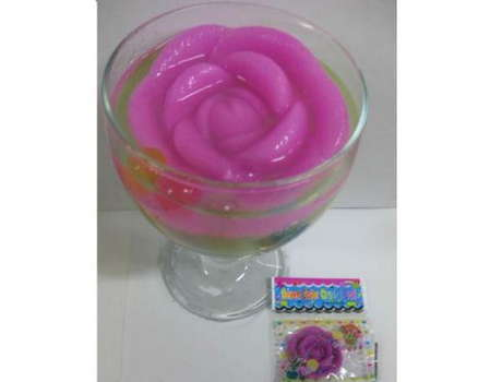 Роза растущая в воде